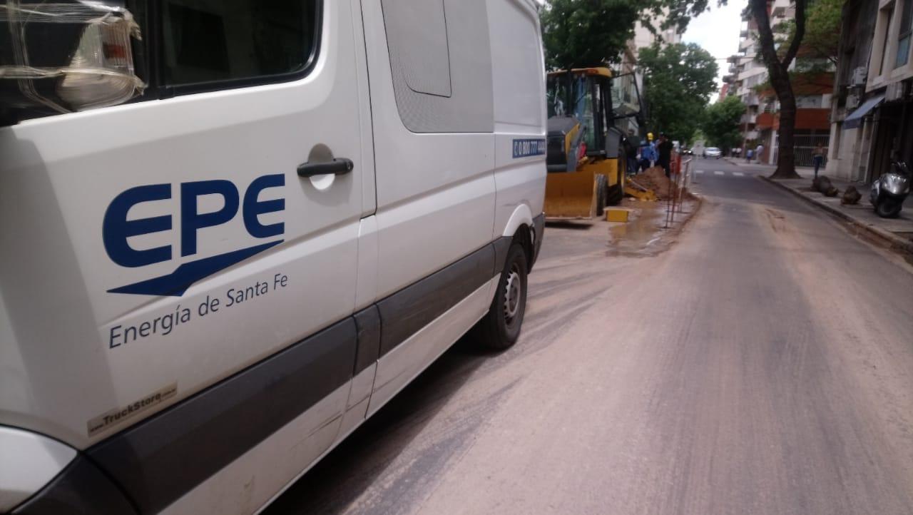 Operarios de la EPE vuelven a trabajar en la calle.