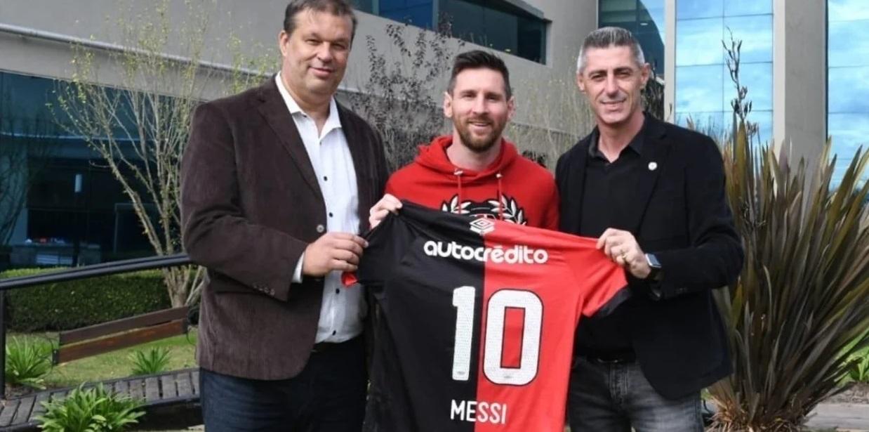 Messi en Newell's, cuando Concina y D'Amico le obsequiaron la nº 10.