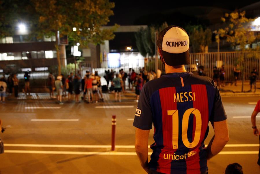 Decenas de personas participan en una concentración espontánea frente a las oficinas del Camp Nou (EFE)