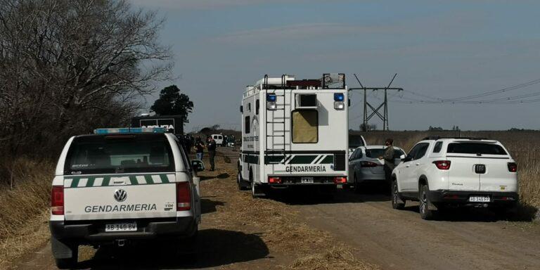 La fuga terminó en un camino rural, trágicamente para dos hombres.