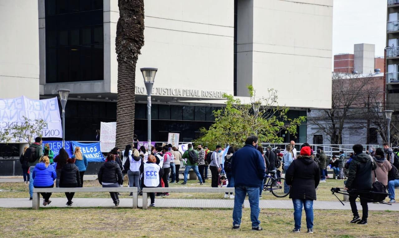Agrupaciones sociales frente al Centro de Justicia Penal. (Foto: Rosario Plus)