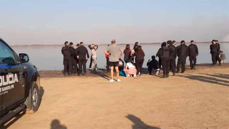 Los hombres intentaron cruzar caminando por la bajante.