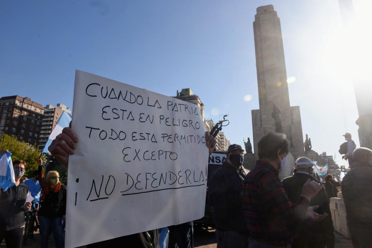 Consignas diversas, todas opositoras, en el Monumento.