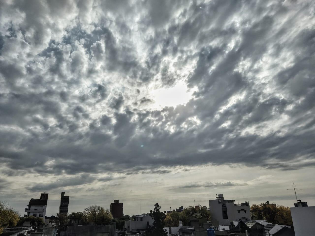 Nubes todo el día y calorcito