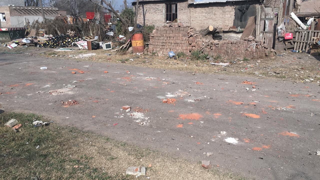Uno de los impactos que recibió un domicilio atacado.