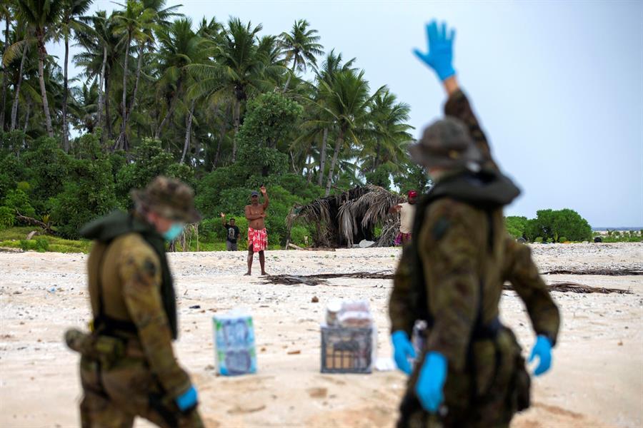 Fueron rescatados después de que se detectara una enorme señal de auxilio escrito en la arena. (Foto: EFE)