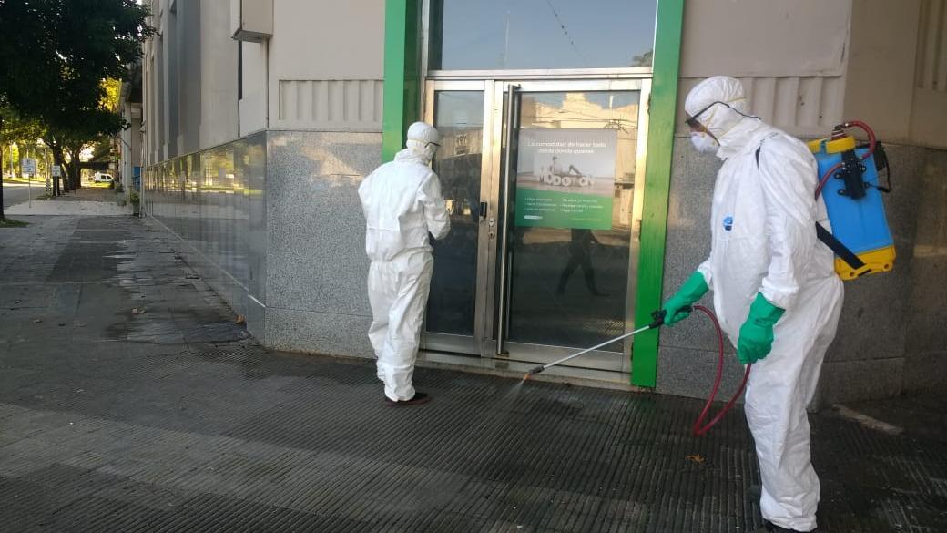 Agentes sanitarios en desinfección por el centro casildense.