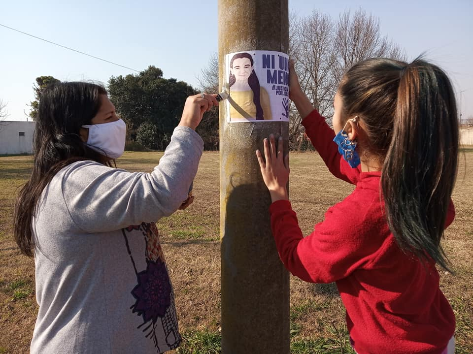La pegatina de carteles y el mural fueron hechos por amigas y compañeras de Julieta.