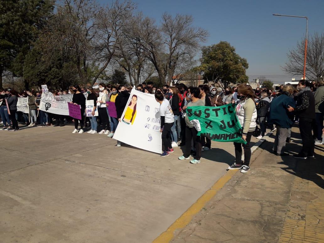 Momentos de la marcha de la plaza hacia donde Juli fue vista por última vez con vid