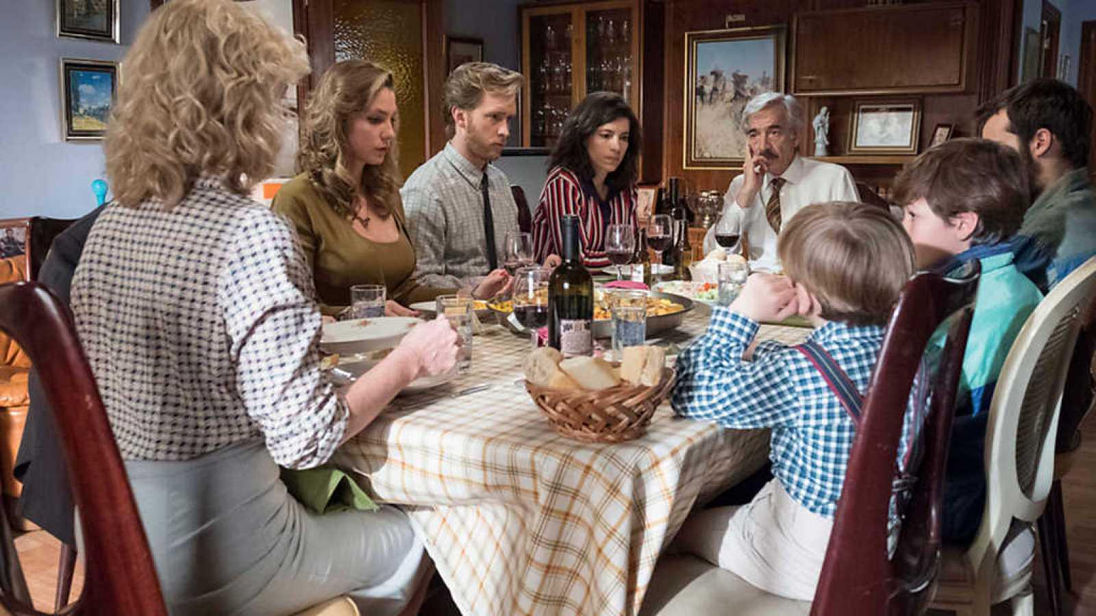 Las cenas familiares en cuarentena rompen las reglas (Cuéntame qué pasó)