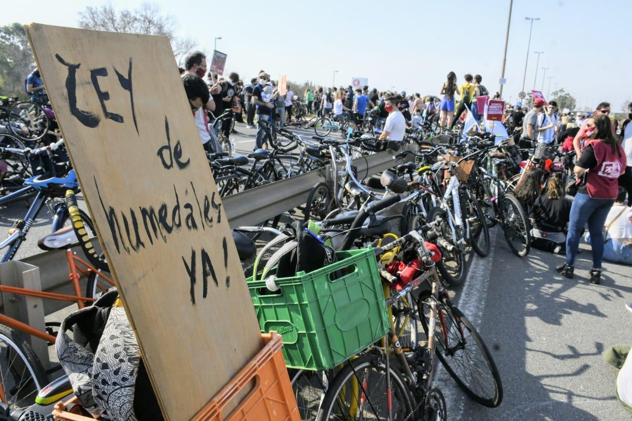 La convocatoria fue nuevamente masiva en el pie del puente Rosario-Victoria.