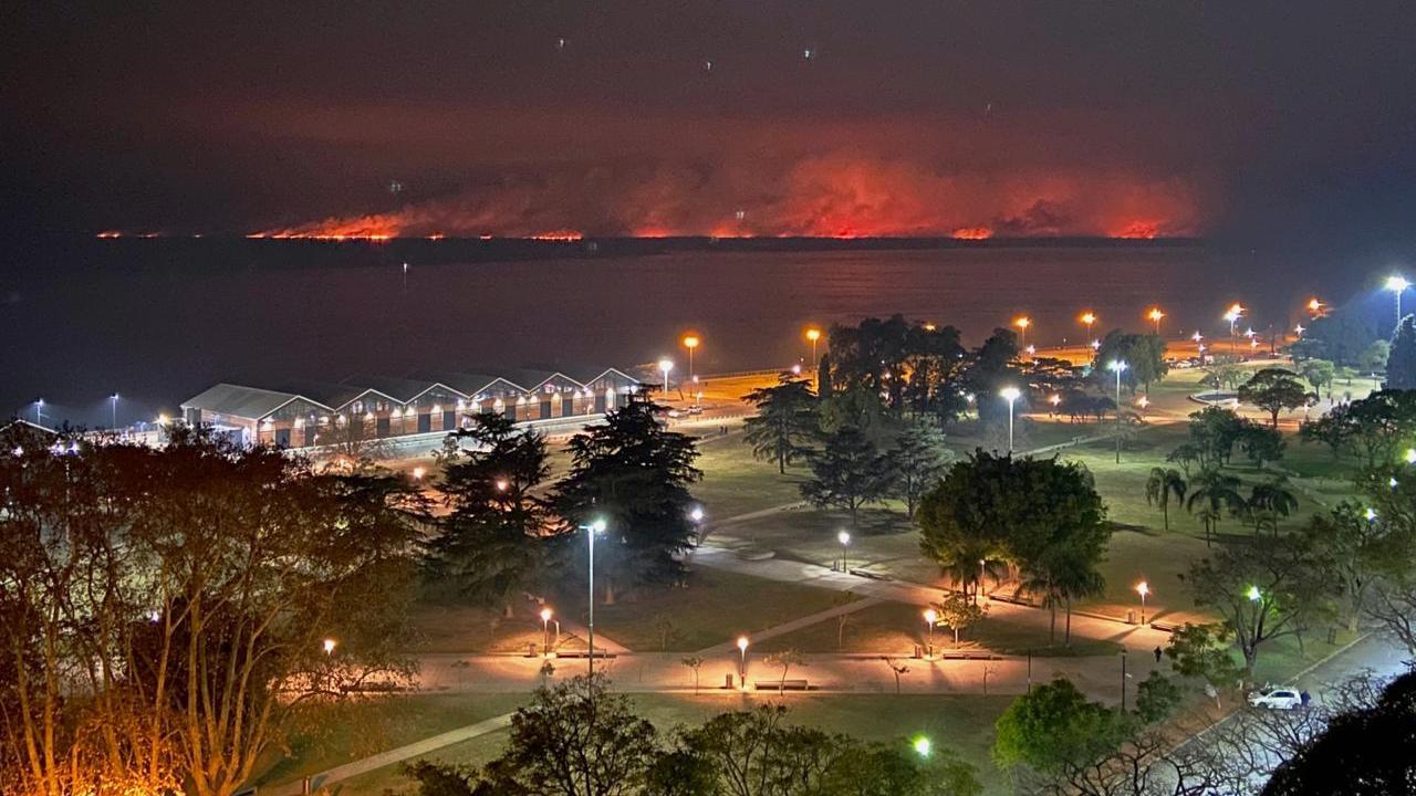 Las llamas se hicieron más intensas durante la noche.