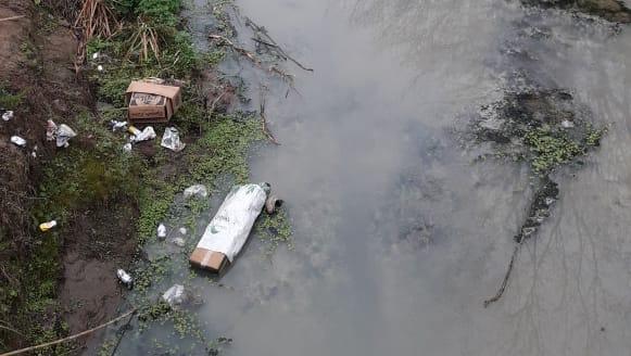 Alta contaminación del agua del Candelaria a la altura del bulevar Argentino.