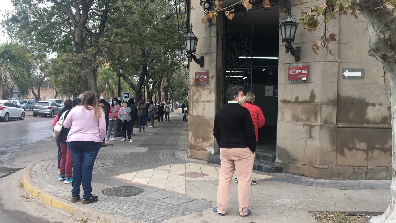 La fila frente a la oficina luego de que retomen las actividades.