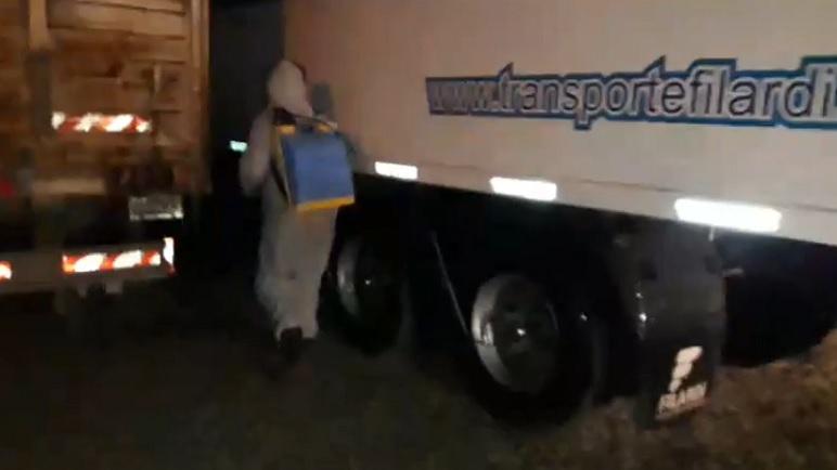 El equipo de desinfección actuando sobre el camión.