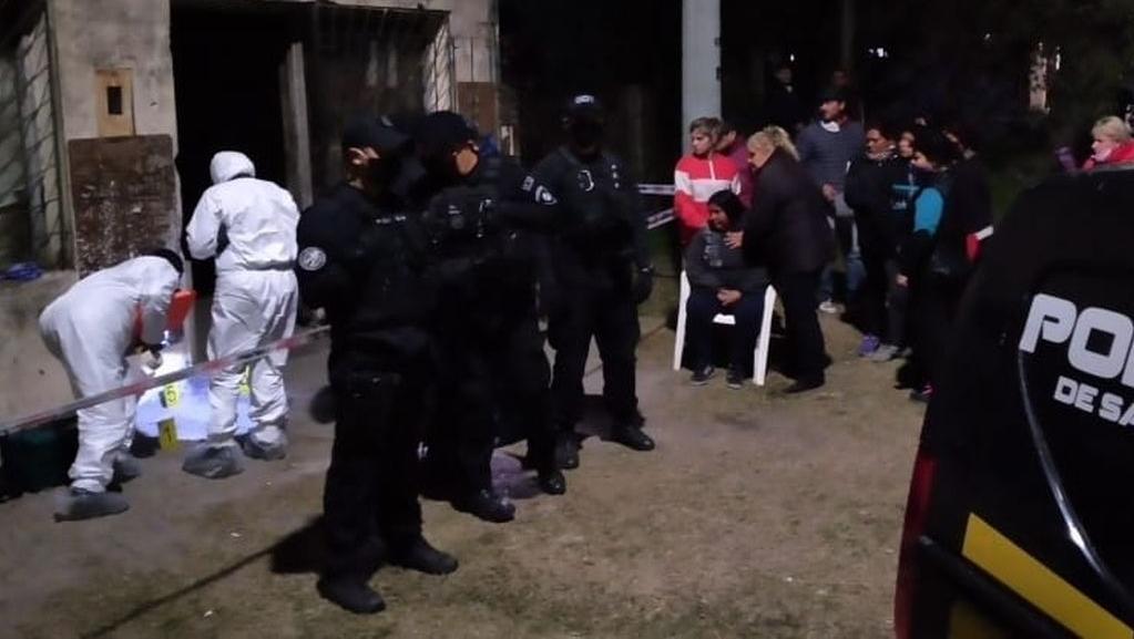 Efectivos policiales trabajan en el lugar del hallazgo del cuerpo.
