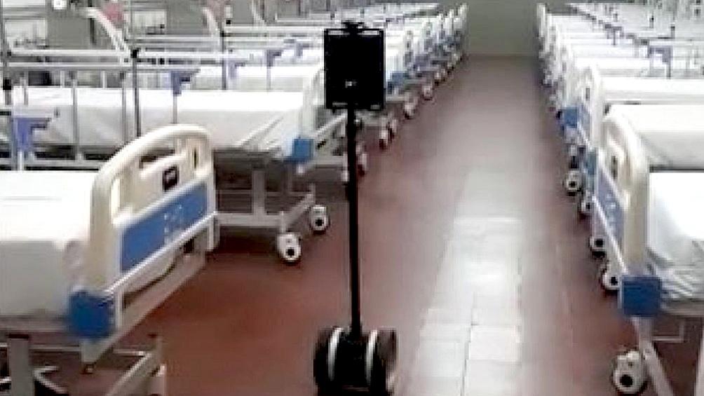 El robot que visita cama por cama a los pacientes.