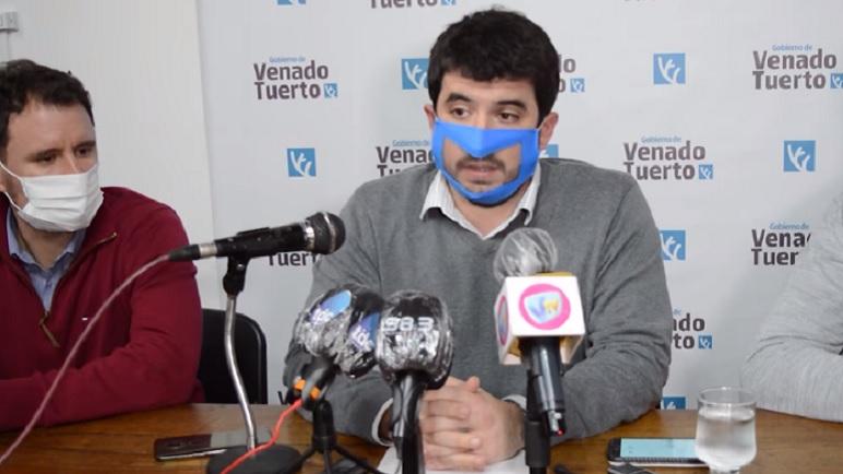 El Intendente, Leonel Chiarella, en conferencia de prensa.