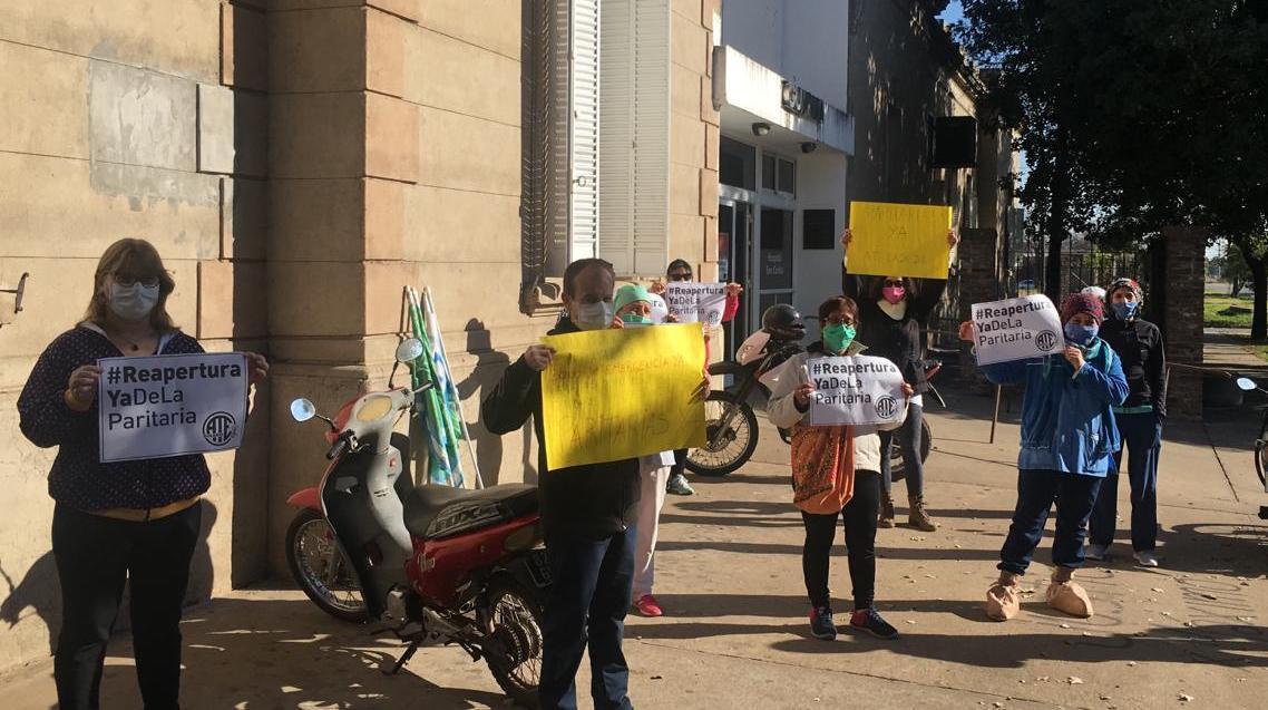 Trabajadores de ATE hicieron oír sus reclamos frente al hospital local.