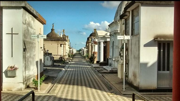 El cementerio fue fumigado para evitar también contagios de dengue.