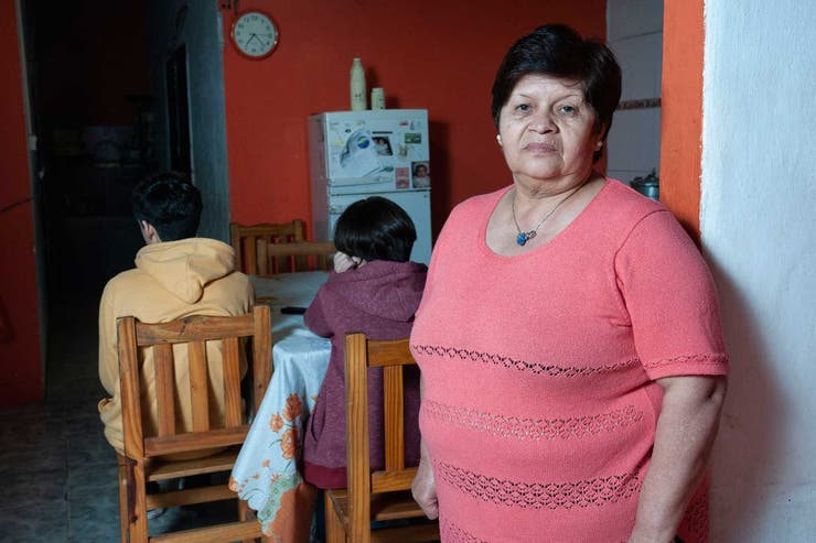 Esther Robledo, madre de Florencia, junto a sus nietos, Valentín y Lara, en su casa de Quilmes. (Patricio Pidal / AFV)