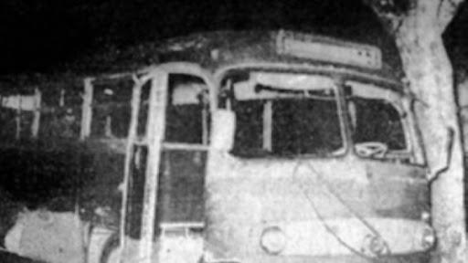 El colectivo deflagrado sobre calle Junín.