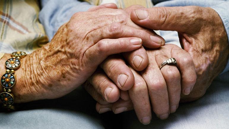 La pareja de ancianos fue atada por sus muñecas con alambres.