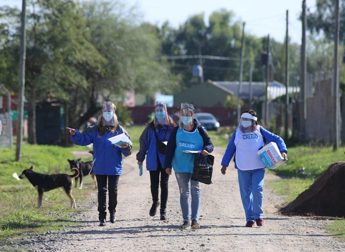 En esta fase el sistema de salud ya no espera el alerta desde la población. Los equipos van a los barrios para anticiparse.