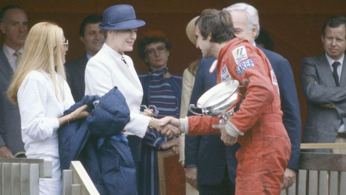 El piloto santafesino saluda a la princesa de Mónaco, Grace Kelly.
