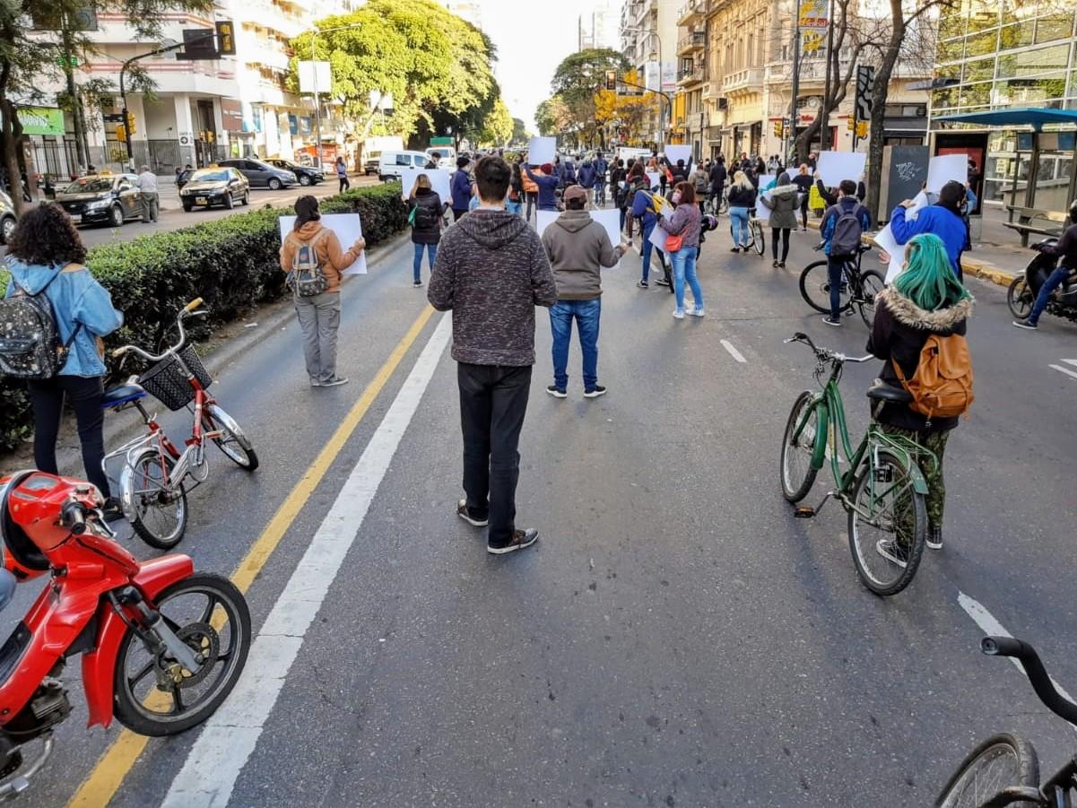 Caravana de protesta por avenida Pellegrini. (Foto: Rosario Plus)