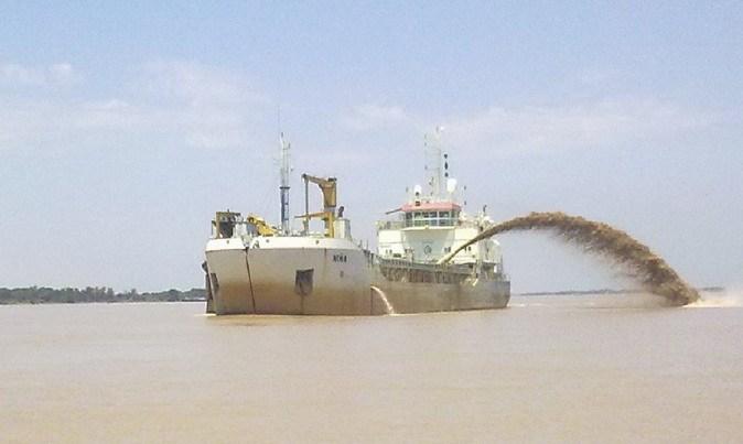 El dragado en la zona portuaria busca reactivar la exportación.