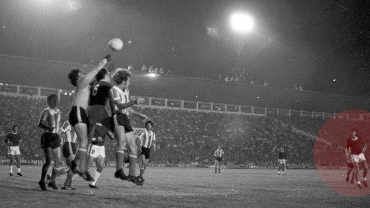 Carlovich mira a lo lejos en la histórica noche de Rosario vs. Argentina.