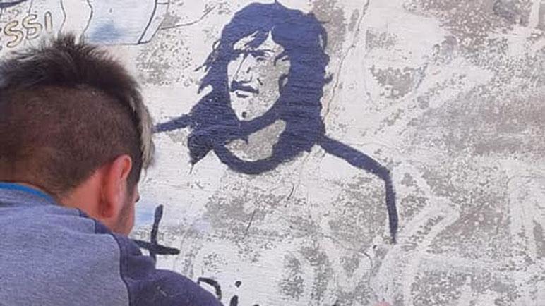 La figura de Carlovich ahora también pintada en El Potrero.