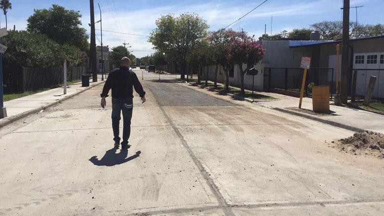 Cien metros de asfaltado en Pujato tienen un valor de 780 mil pesos.