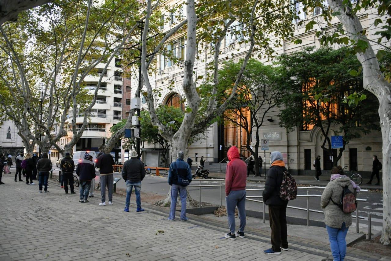 En Rosario se abrirá el panorama en turno desdoblado: bancos y trámites por la mañana; comercio por la tarde.
