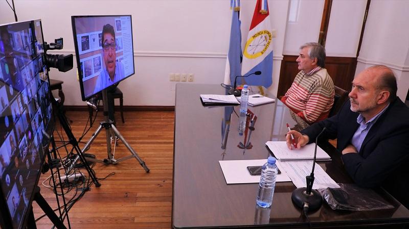 Perotti en diálogo con intendentes y empresarios.