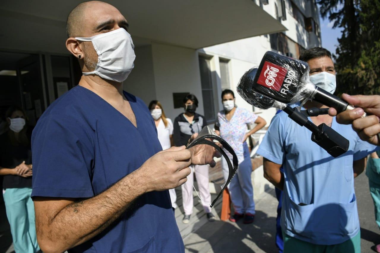 La protesta de los empleados de la salud de Pami II este viernes en el ingreso.