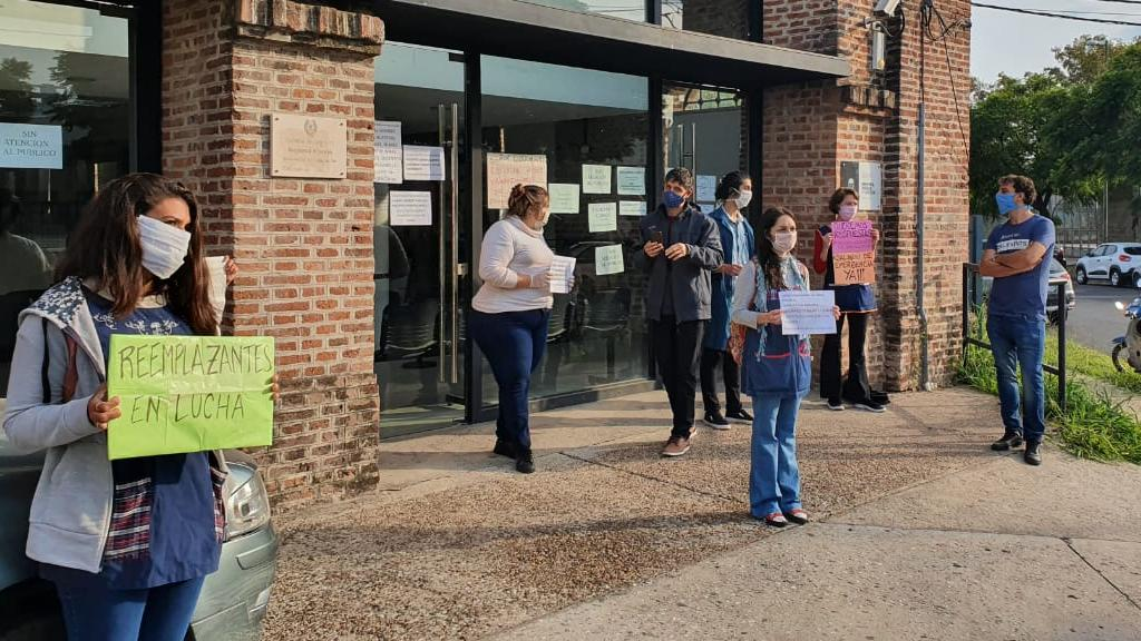 Los docentes que volvieron a manifestarse en la sede de Educación.