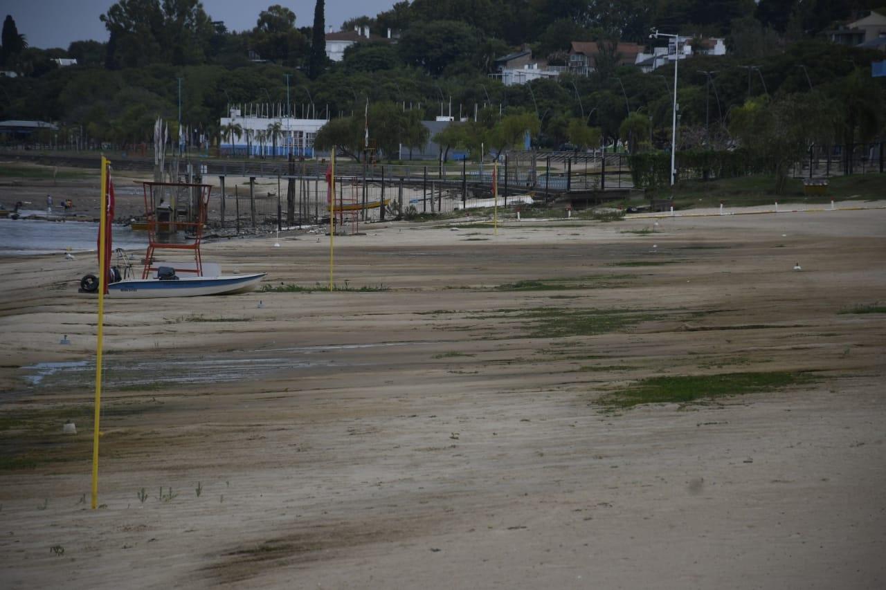 La bajante descubre metros y metros de costa (Rosarioplus)