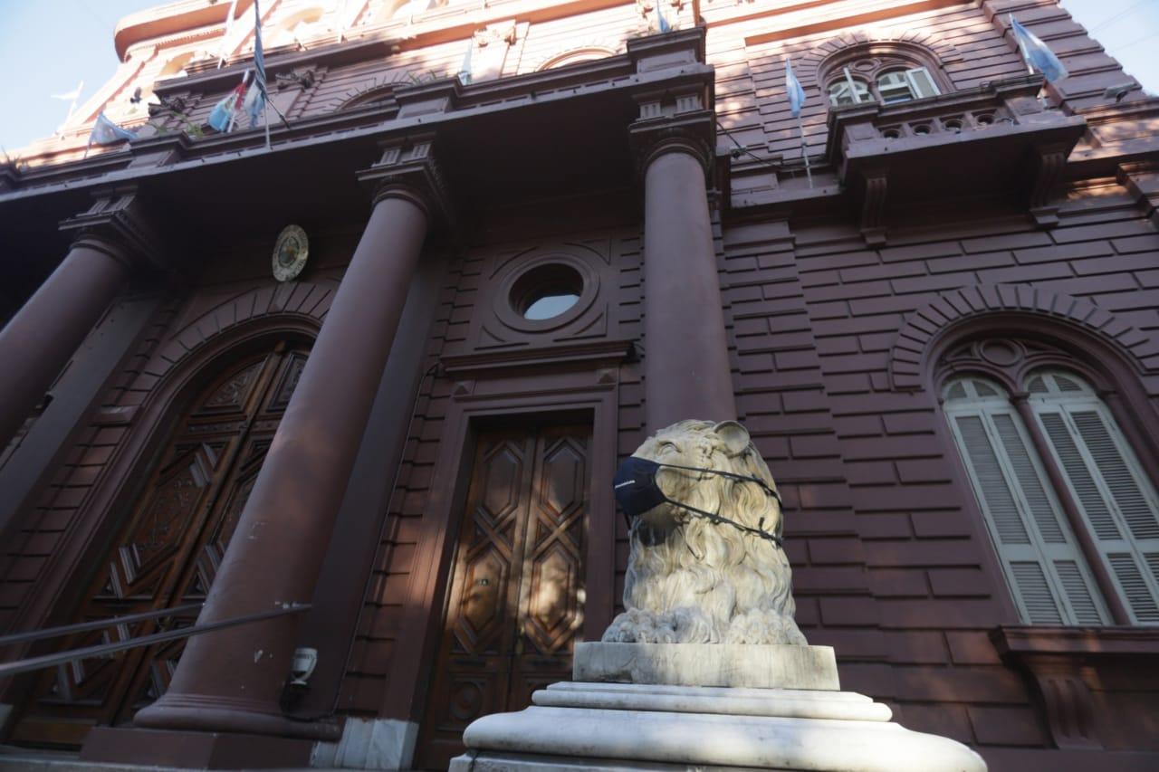 Los Leones que custodian la Municipalidad también fueron intervenidos (Guillermo Turrín - MR)