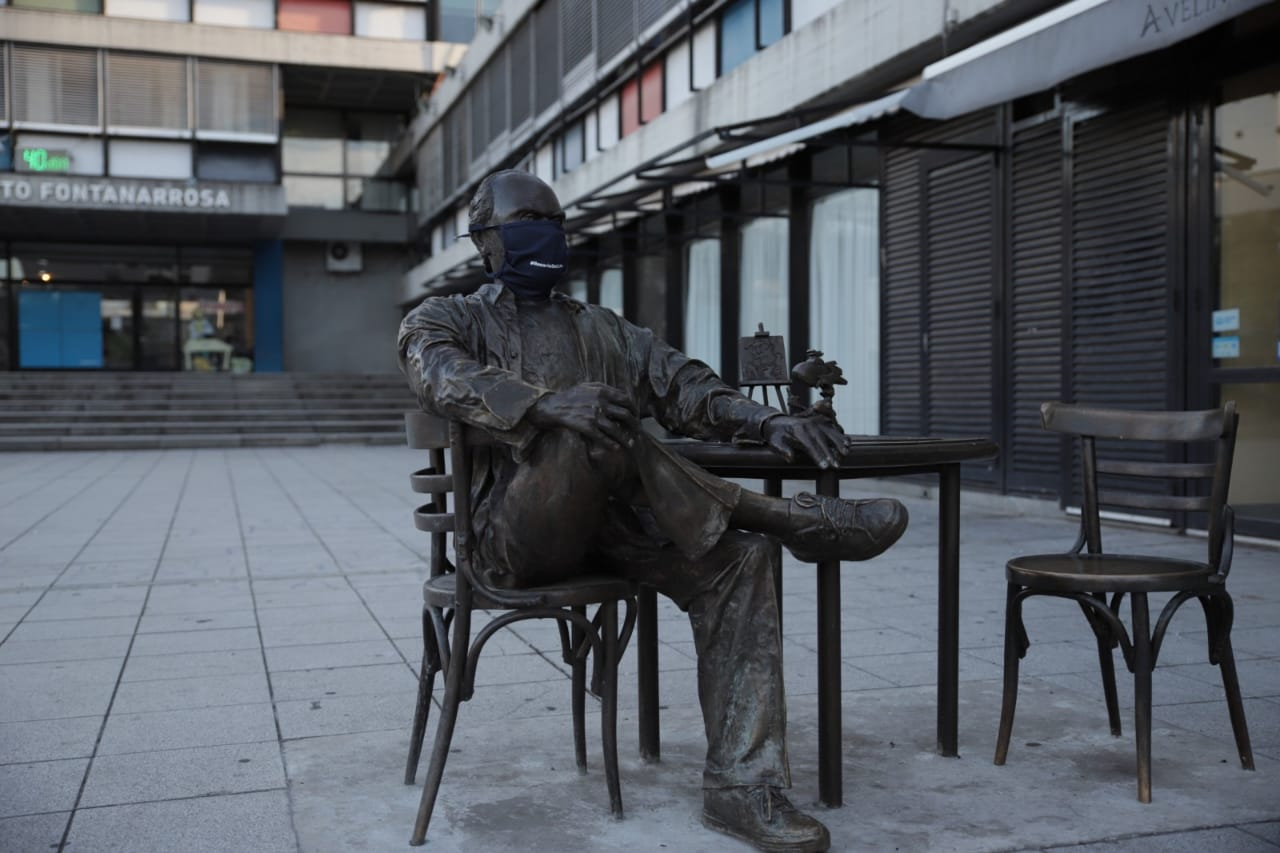 El Negro Fontanarrosa con café en mano y barbijo en la Montenegro (Guillermo Turrín - MR)