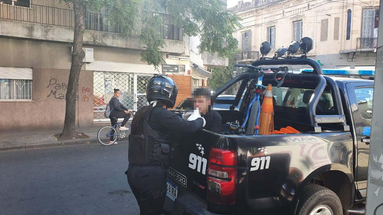 La policía detuvo a un joven que circulaba en bicicleta sin permiso (@gayosofede)