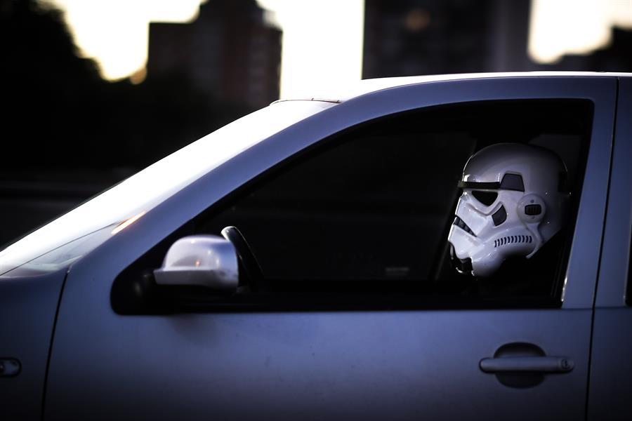 Un conductor se proteje con la máscara de un Stormtrooper (EFE)