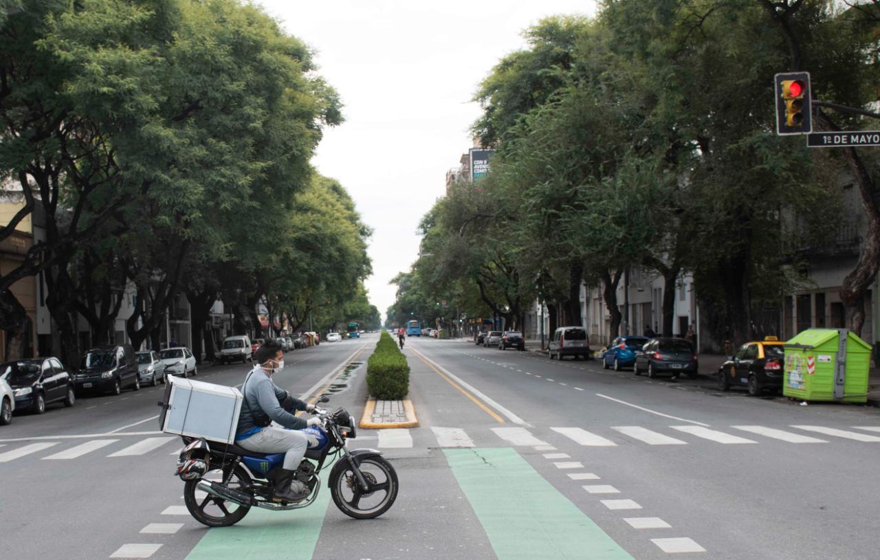 Cadete espera cruzar una desértica Avenida Pellegrini (Rosarioplus)