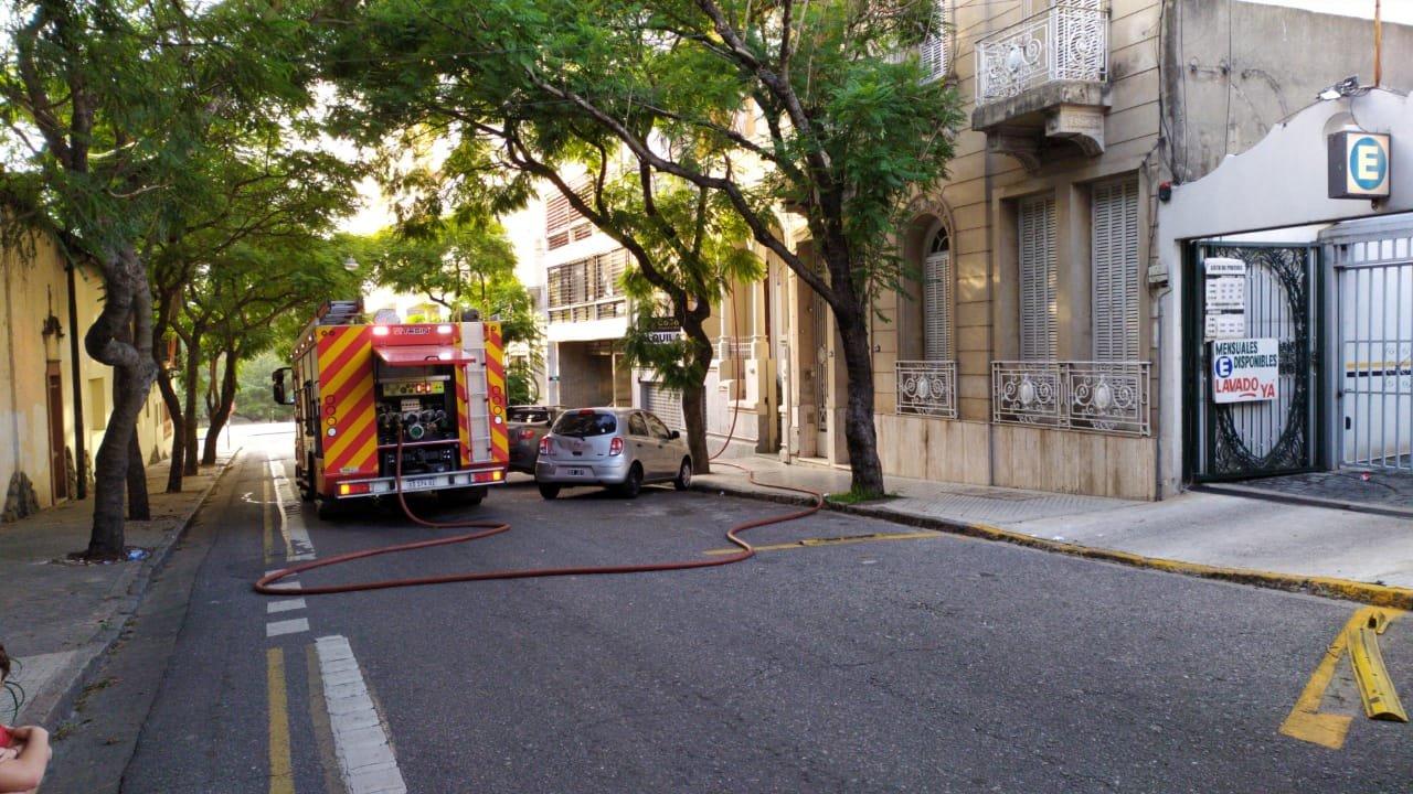 Bomberos Zapadores evitaron que el incendio se propague a los vecinos.