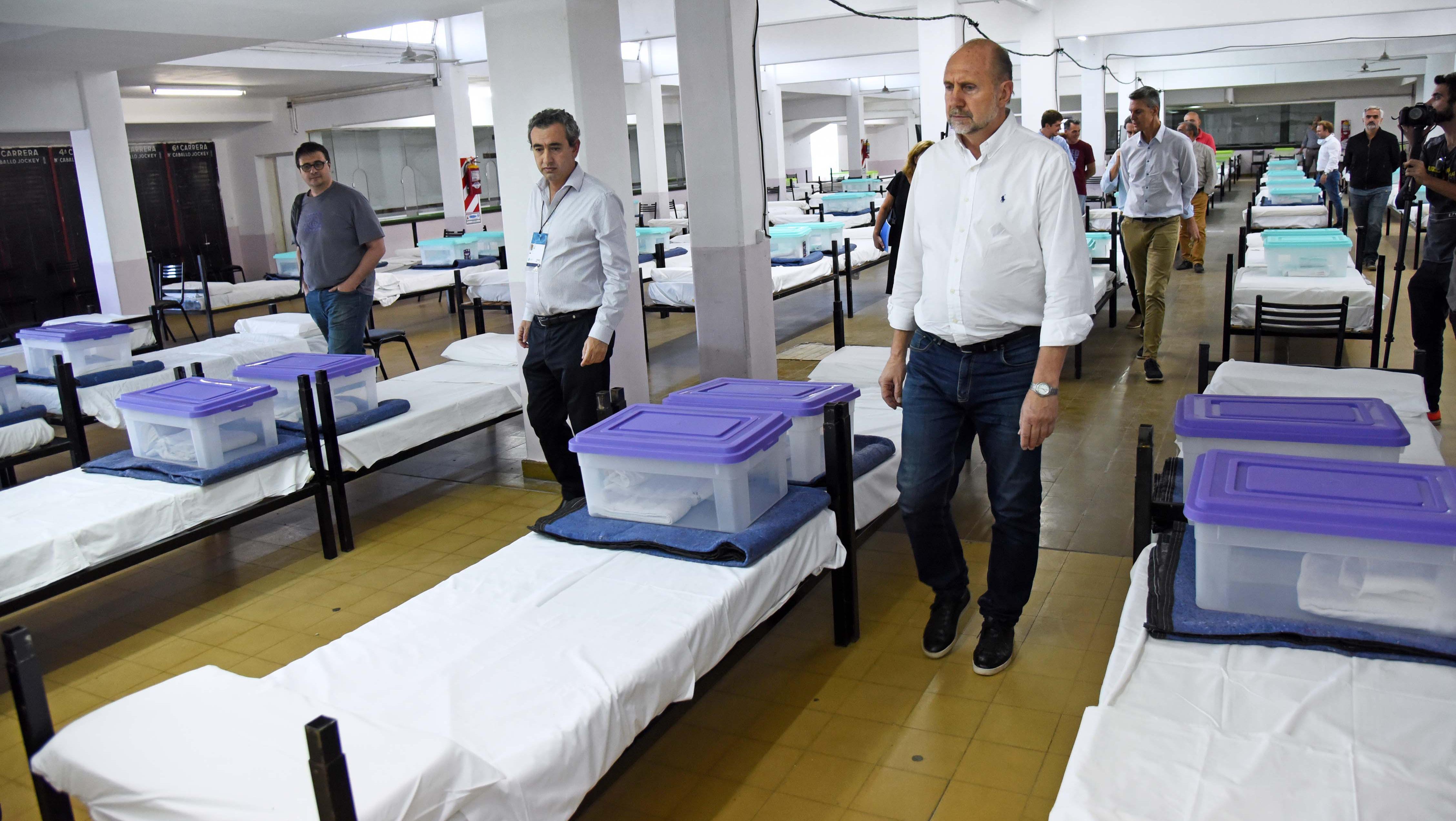 Javkin y Perotti, de recorrida por las instalaciones acondicionadas como centro de atención.