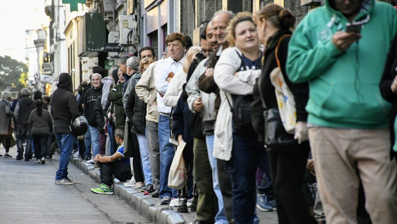 Largas filas en el microcentro de Rosario y otras ciudades del país.