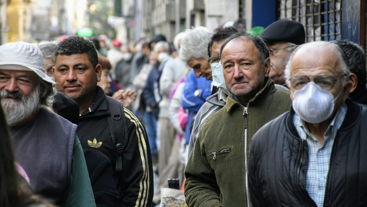 Jubilados, grupo de riesgo, expuestos en la calle.