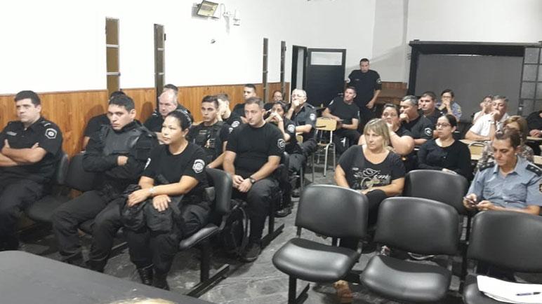 La policía recibió capacitación de parte de una profesional de la salud.