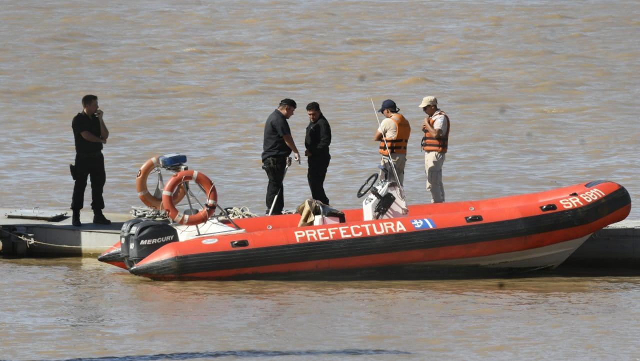 Prefectura retiró el cuerpo del agua cerca de las cinco de la tarde.